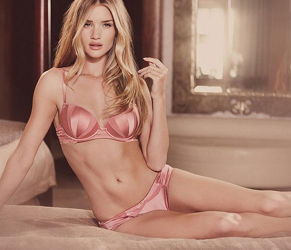 Rosie Huntington-Whiteley nos muestra su lado m&aacute;s &lsquo;sexy&rsquo; con sus propios dise&ntilde;os de lencer&iacute;a